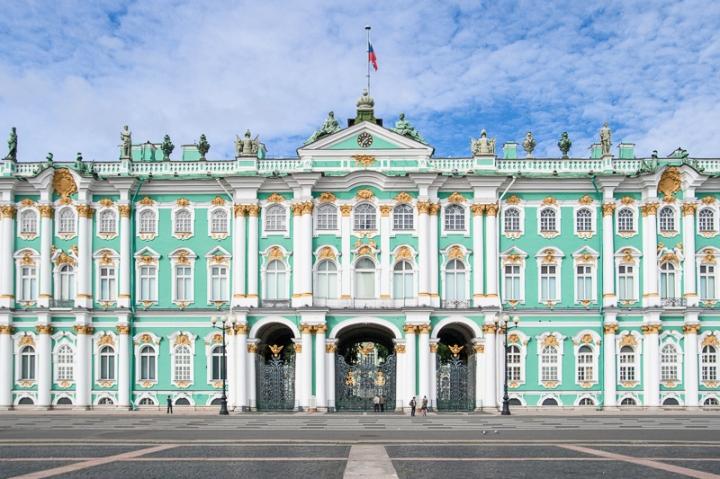 Die Eremitage in der russischen Stadt St. Petersburg zählt zu den größten und wichtigsten Kunstmuseen der Welt; Sie umfasst über 60.000 Ausstellungsstücke in 350 Sälen